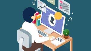 E-Learning: Person sitzt am Rechner, Aufgaben werden angezeigt